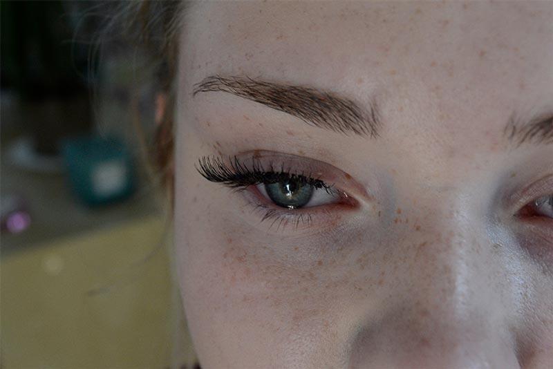 Falsche Wimpern anbringen 6
